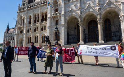 Közös tiltakozás a három szégyenteljes törvény ellen
